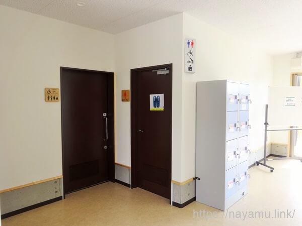 戸崎公園パークゴルフのトイレとロッカー